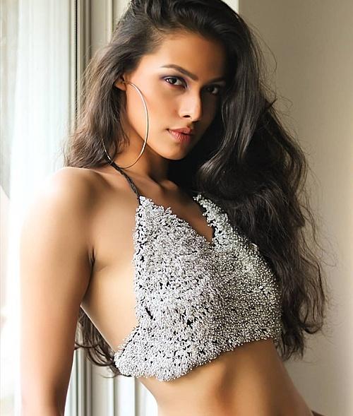 Những đối thủ đầu tiên của Khánh Vân dần lộ diện. Trong hình là người đẹp Adline Castelino - đại diện Ấn Độ tại Miss Universe năm nay. Cô gái 22 tuổi có lợi thế về kỹ năng biểu diễn, phong thái giao tiếp, ứng xử cùng khuôn mặt sắc nét. Hạn chế của cô so với các đối thủ là chiều cao khiêm tốn 1,69 m. Hiện cô theo đuổi công việc người mẫu tại quê nhà và là sinh viên ngành Quản trị Kinh doanh, trường Cao đẳng St. Xavier.