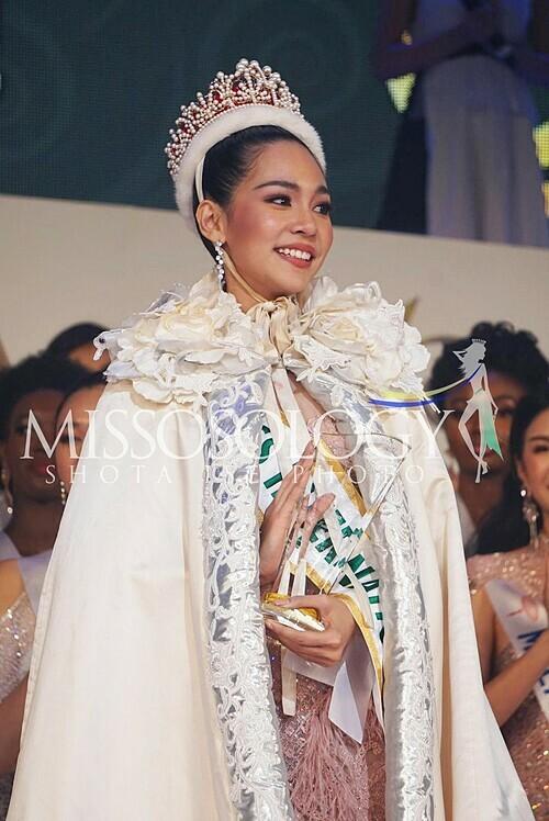 Chung kết Hoa hậu Quốc tế 2019 diễn ra tại Thủ đô Tokyo, Nhật Bản,trưa 12/11 (giờ Hà Nội)vừa khép lại với chiến thắng thuộc về mỹ nhân Thái Lan - Sireethorn Leearamwat. Nhận vương miện từ người tiền nhiệm - Mariem Velazco, cô gái trẻ bật khóc. Cô cho biết bản thân cảm thấy tuyệt vời. Cô biết ơn những người đứng sau đã hỗ trợ mình. Cô hy vọng mọi phụ nữ trên thế giới, nếu có ước mơ thì hãy theo đuổi đến cùng.