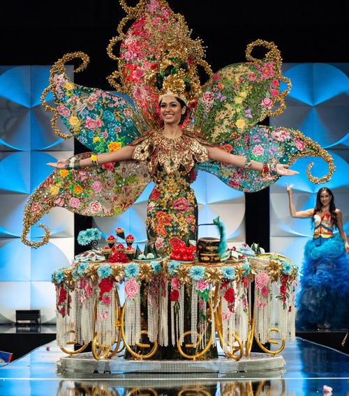 Người đẹp Malaysia chiến thắng trang phục dân tộc nhưng bị gọi tên nhầm là Philippines.