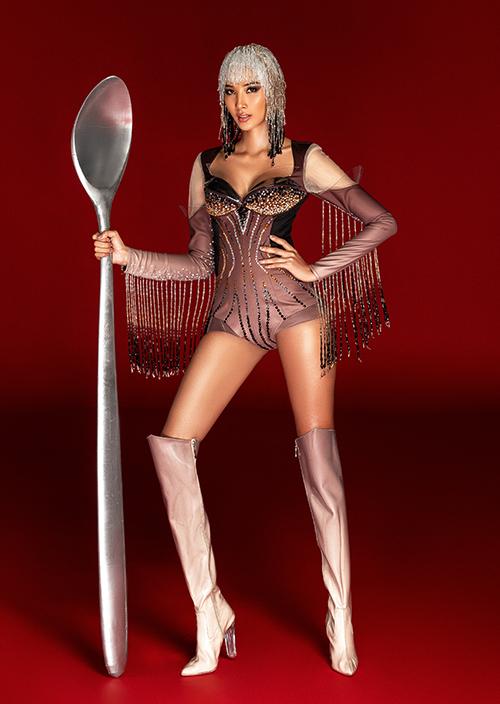 Hoàng Thùy chê cả ba bộ quốc phục ở Miss Universe - 3