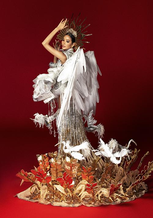 Hoàng Thùy chê cả ba bộ quốc phục ở Miss Universe - 1
