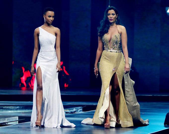 Trong chung kết Miss South Africa, Zozibini Tunzi và Sasha-Lee Olivier đều là những ứng viên nặng ký với nhan sắc và học thức ngang ngửa. Á hậu 1 sẽ thay đương kim hoa hậu đảm nhiệm các trọng trách đến khi có mùa thi tiếp theo.