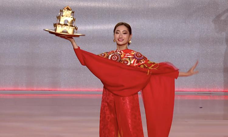 Lương Thùy Linh múa mâm.
