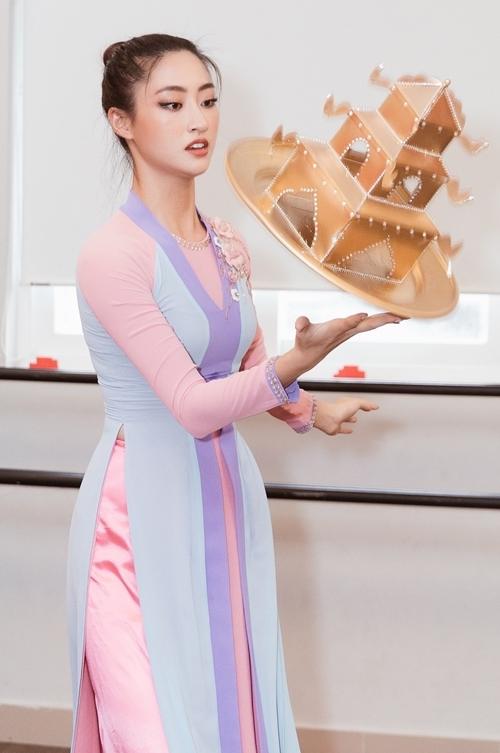 Lương Thùy Linh tập luyện múa mâm.