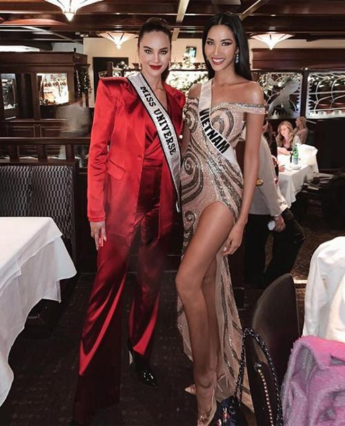 Trước bán kết, đại diện Việt Nam có dịp gặp gỡ và đọ sắc với đương kim hoa hậu Catriona Gray. Nhan sắc Thanh Hóa được khen thần thái không kém là bao.