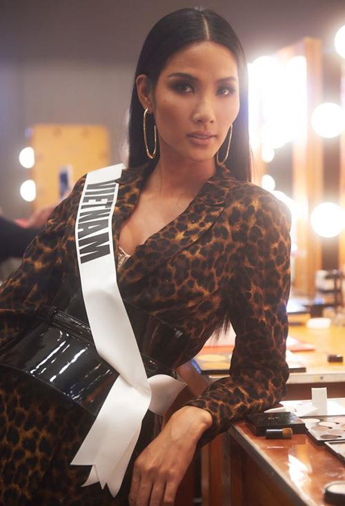 Đại diện Việt Nam được đánh giá có nhan sắc góc cạnh ấn tượng, nét đẹp đậm chất Á Đông. Cô lọt vào nhiều khuôn hình của các nhiếp ảnh gia tại Miss Universe.