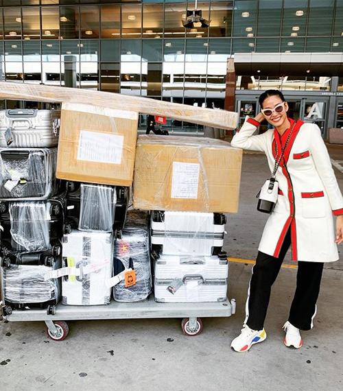 Á hậu có sự chuẩn bị kỹ lưỡng cho lần chinh chiến này. Hoàng Thùy mang 12 kiện hành lý nặng hơn 200 kg, buộc cô phải mua thêm 2.000 USD tiền ký gửi.