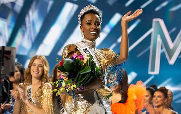 Tân hoa hậu người Nam Phi được hoa hậu Catriona Gray trao vương miện.