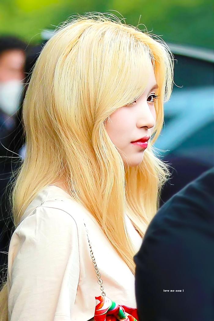 Sống mũi thanh tú và góc nghiêng thần thánh của Mina.
