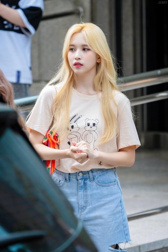 Combo da trắng, môi hồng, tóc vàng giúp Mina chiếm trọn sự chú ý của người hâm mộ.