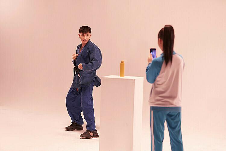 Tháng 7/2019, cư dân mạng nô nức rủ nhau tham gia thử thách Đá nắp chai, Isaac tất nhiên cũng không phải ngoại lệ. Diện bộ trang phục của Lâm Judo- nhân vật chính mà Isaac thủ vai trong phim Anh trai yêu quáiđể thực hiện thử thách.