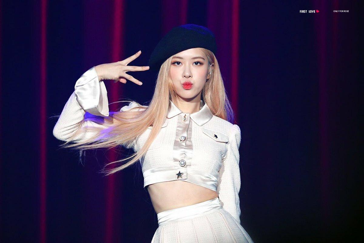 Fan của Rosé cho rằng cô ít được hoạt động, bị YG ngó lơ, không đầu tư xứng đáng với vị trí main vocal của nhóm.