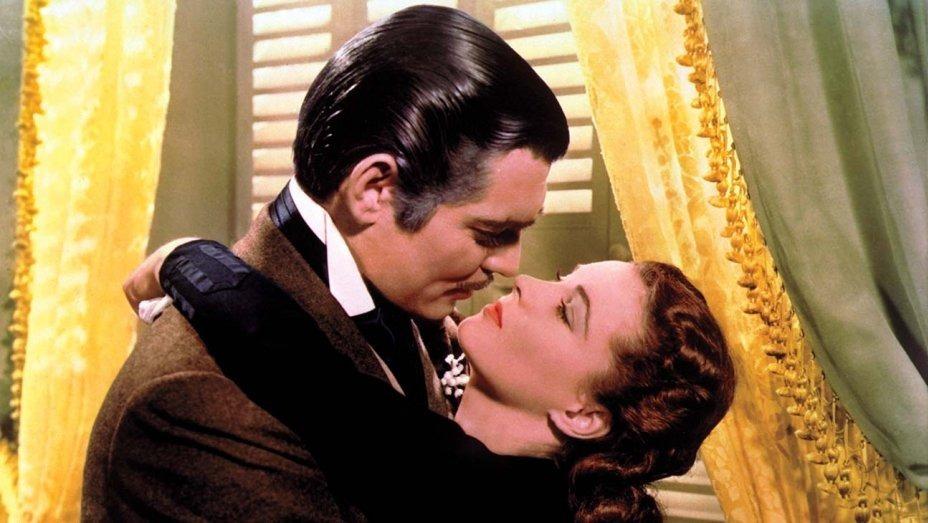 Rhett Butler (Clark Gable) ôm lấy Scarlett OHara (Vivien Leigh) - một phân cảnh nổi tiếng trong Cuốn theo chiều gió.