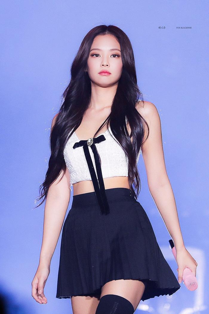 Nữ idol sinh năm 1996 sở hữu đôi mắt mèo thu hút, phong cách sang chảnh sành điệu.