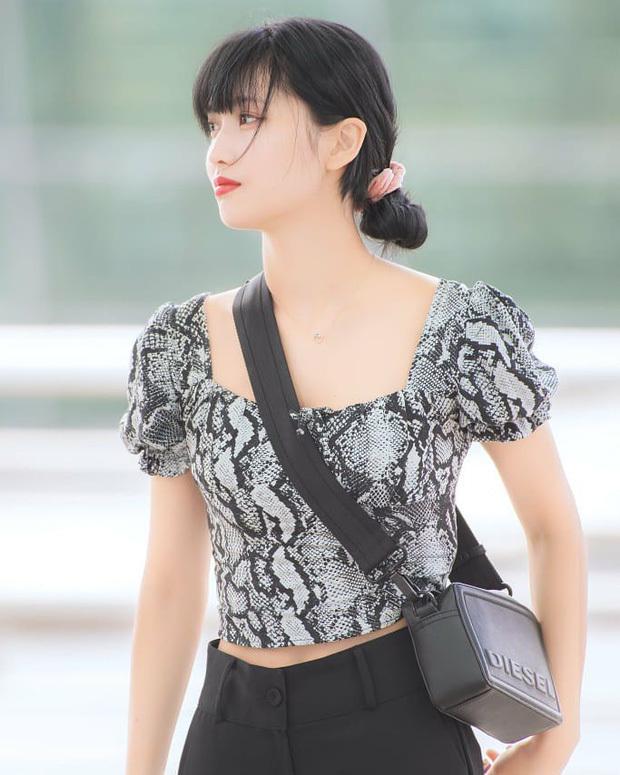 Tóc búi thấp tưởng như luộm thuộm nhưng lại là style biểu tượng cho vẻ đẹp thanh lịch, được các idol Hàn yêu thích. Kiểu tóc này không hề khó tạo kiểu, chỉ cần búi gập tóc và cố định bằng dây chun đơn giản, nhanh chóng.