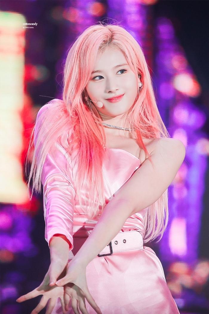 Sana cũng là biểu tượng sexy - cute đình đám trong giới idol. Người đẹp Nhật Bản từ khi ra mắt đã chiếm cảm tình của khán giả bởi gương mặt ngây thơ nhưngthân hình lại sexy.