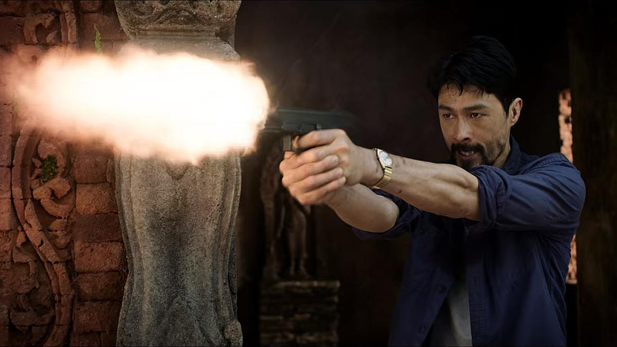 Johnny Trí Nguyễn đấu súng trong phim.