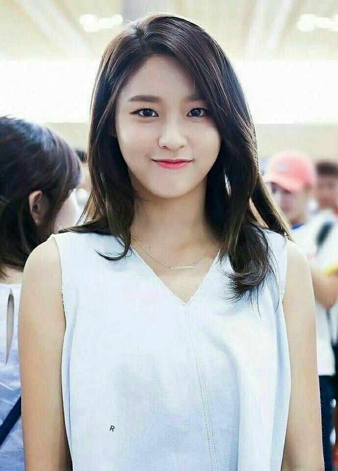 Lông mày ngang vốn là kiểu mày mà Seol Hyun định hình từ khi ra mắt. Đến đợt quảng bá Excuse Me, Seol Hyun chuyển dần sang dáng mày cong.