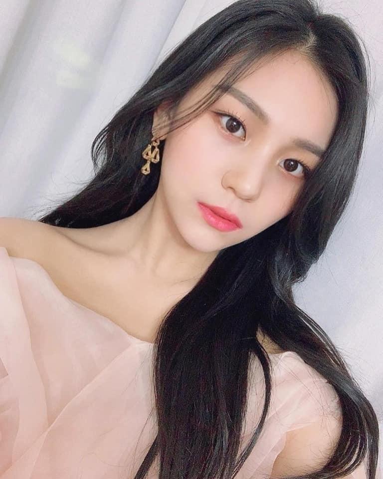 Sau gần 5 năm hoạt động, Um Ji không chỉ giảm cân thành công, mà còn hoàn thiện gương mặt xinh đẹp của mình bằng cách chỉnh lại dáng lông mày dài hơn ở phần đuôi và bớt xếch ở phần đầu mày.