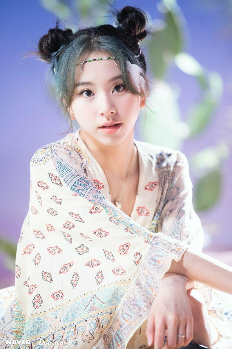 Tóc nhuộm mái là xu hướng đang thịnh hành gần đây, được khá nhiều idol lăng xê. Trước đó, Chae Young cũng thử nghiệm cách tẩy mái sáng tạo trong MV mới của Twice More and More.