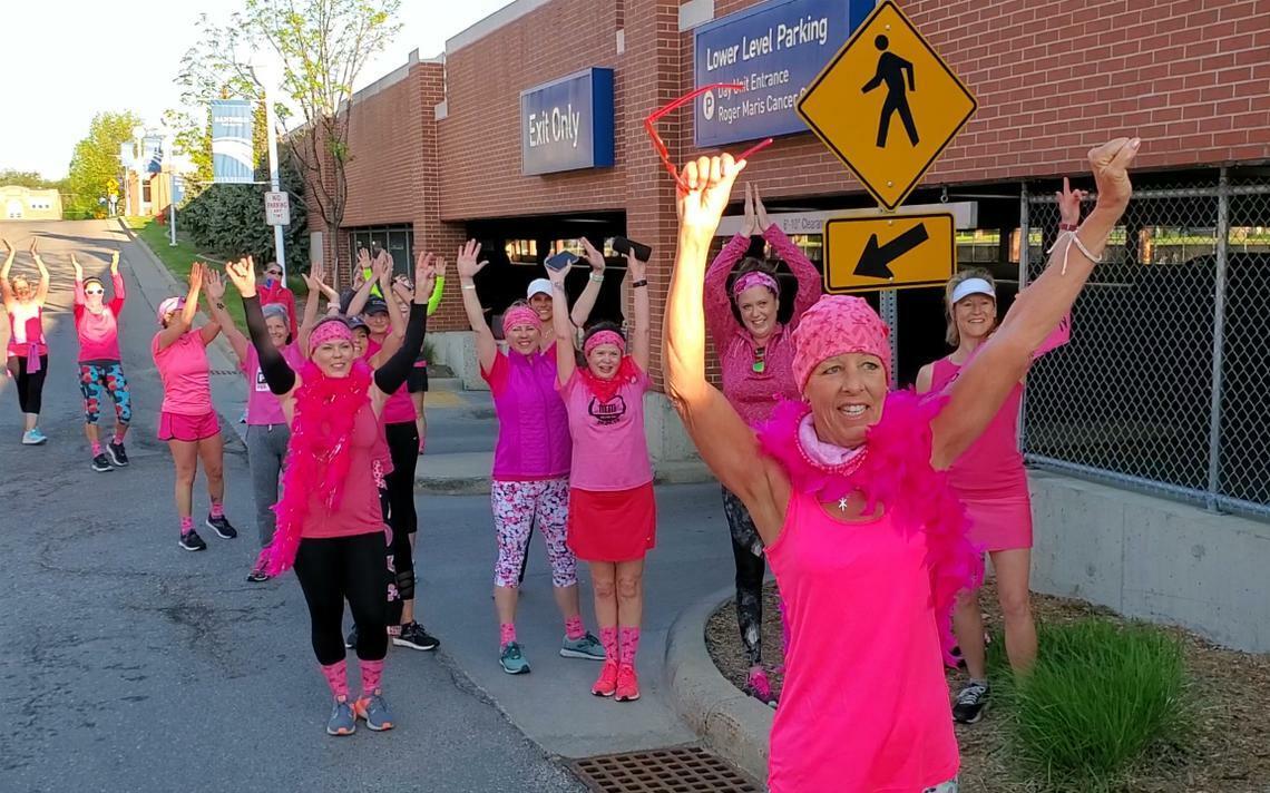 Cô Kim (hàng đầu) vẫn kiên trì chạy bộ dù đang hóa trị chữa ung thư. Ảnh:WDay.