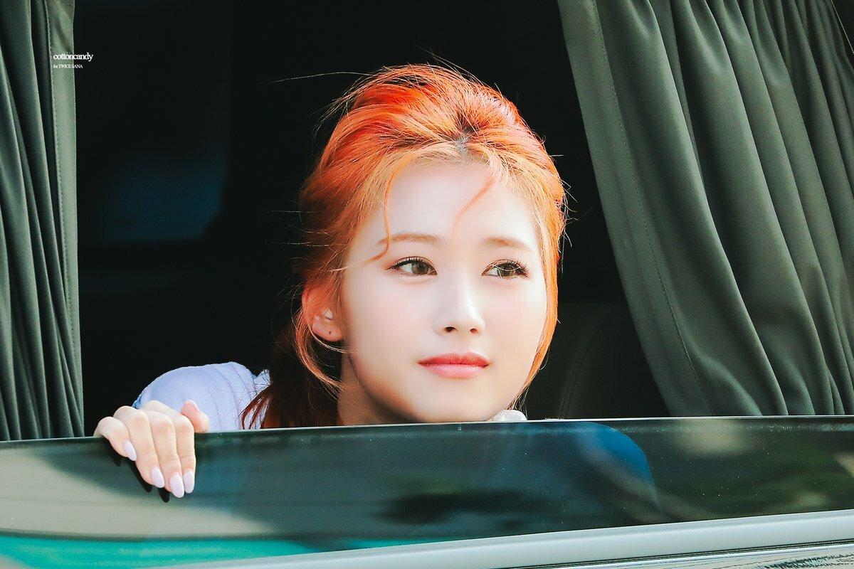 Trong đợt comeback vừa qua, Sana cũng sở hữu nhiều khoảnh khắc đẹp long lanh dù chỉ ló mặt ra từ ô tô để chào người hâm mộ.
