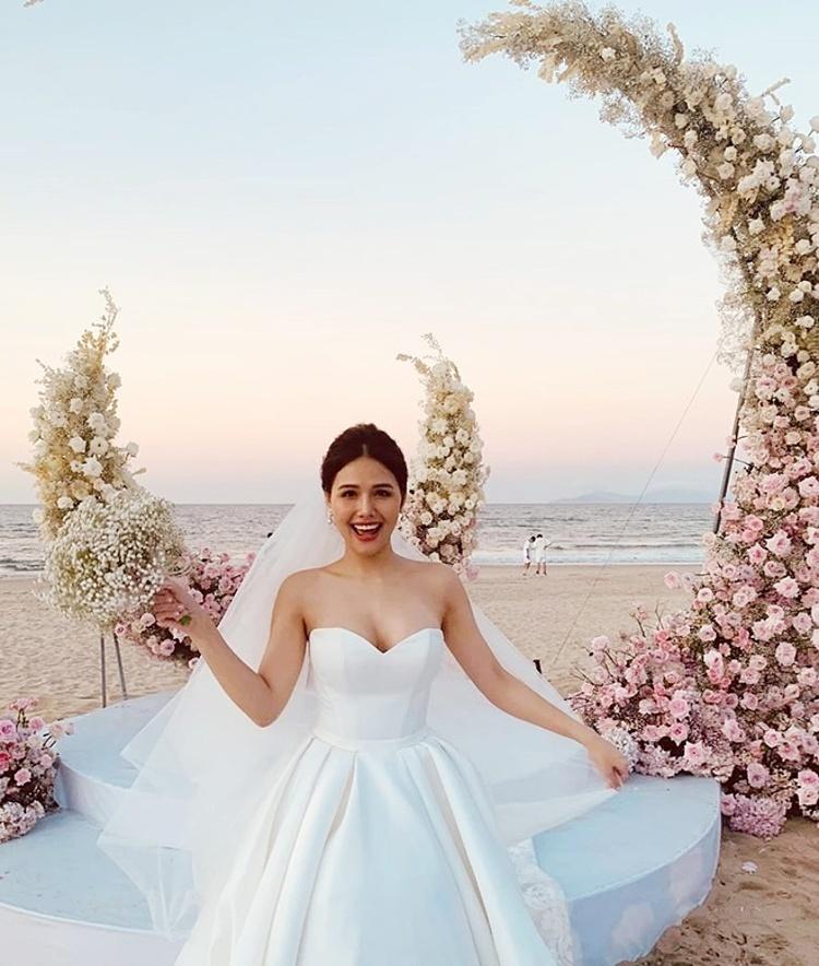 Phanh Lee rạng rỡ trong đám cưới.