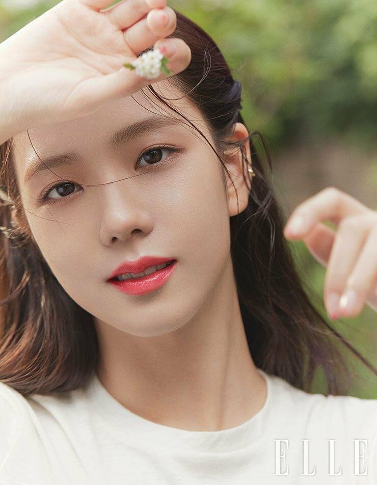 Ji Soo trang điểm nhẹ nhàng, tôn vẻ đẹp tự nhiên trong ảnh họa báo.