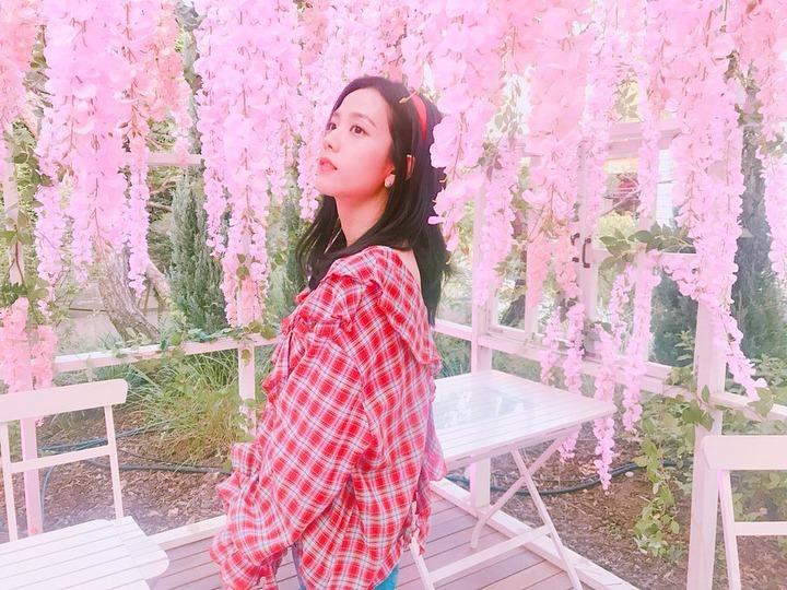 Theo đuổi hình ảnh nhẹ nhàng, thanh lịch, Ji Soo là fan cứng của họa tiết caro.