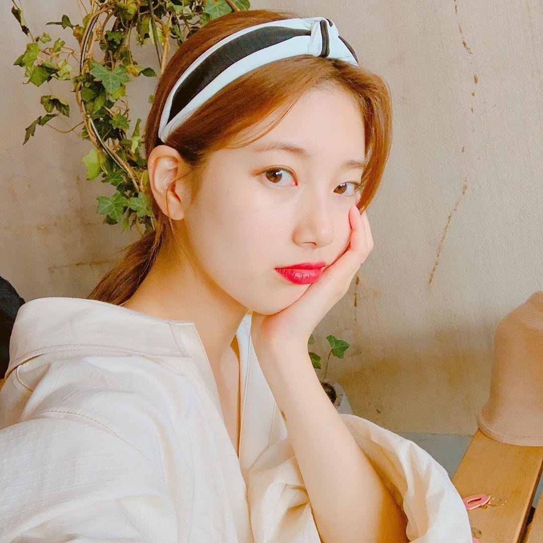 Suzy có phong cách mùa hè đơn giản, không cầu kỳ, trang phục chú trọng vào chất liệu mát mẻ, màu sắc trung tính. Để tạo điểm nhấn cho vẻ ngoài, cô nàng ưu tiên khoản phụ kiện.