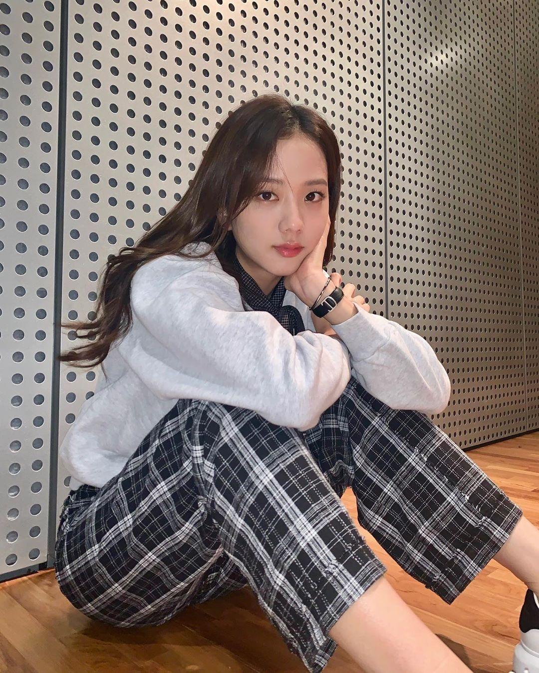 Bộ sưu tập đồ caro của Ji Soo còn có không ít kiểu quần kẻ thoải mái...