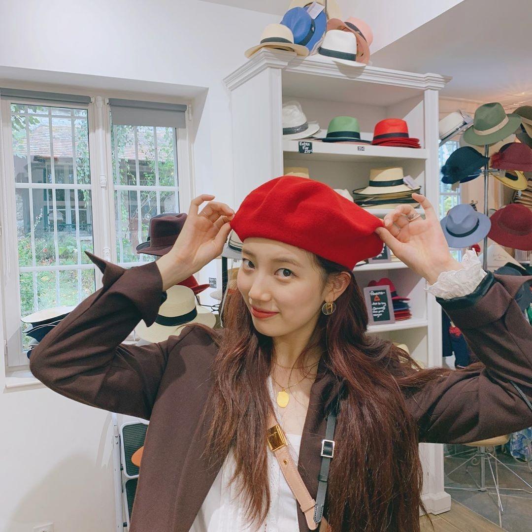 Phụ kiện giúp vẻ ngoài của Suzy trông cũng trẻ trung, đáng yêu hơn.