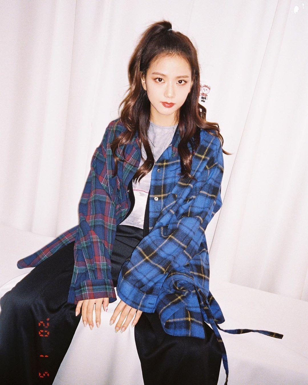 Họa tiết caro trẻ trung, không quá cứng cáp mà cũng không yểu điệu, phù hợp với hình ảnh Ji Soo cũng như Black Pink theo đuổi.