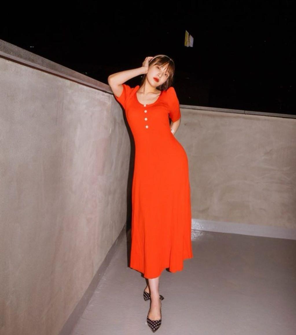 Được đánh giá là một trong những idol có gu thời trang đời thường đỉnh nhất, Joy luôn rất chăm chút cho vẻ ngoài trong những bức ảnh trên Instagram. Thời trang mùa hè của thành viên Red Velvet gắn liền với những chiếc váy liền thân có kiểu dáng đơn giản, màu sắc nổi bật.