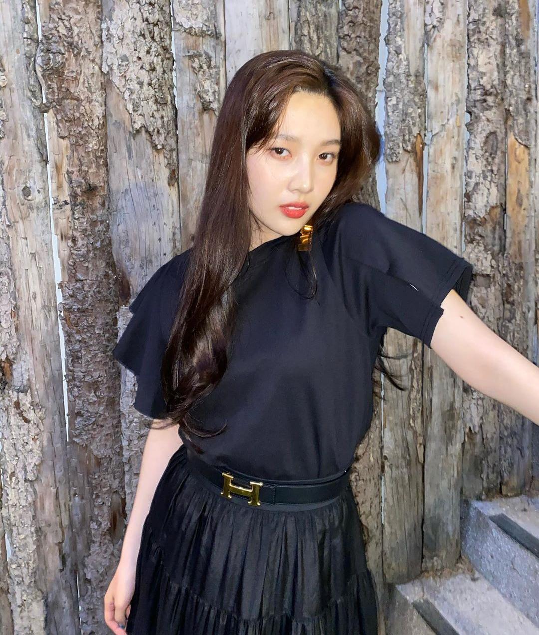 Nếu cần tạo điểm nhấn, cô nàng chỉ dùng thắt lưng hoặc hoa tai, bờm tóc đơn giản, mang hơi hướng vintage.