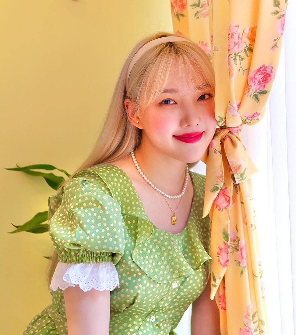 Cũng có phong cách trẻ xinh như cô bạn thân Joy nhưng Yerin theo đuổi hình ảnh còn ngọt ngào, dễ thương hơn. Trên Instagram của người đẹp G-Friend, tràn ngập những bức ảnh rạng rỡ trong các bộ váy họa tiết.