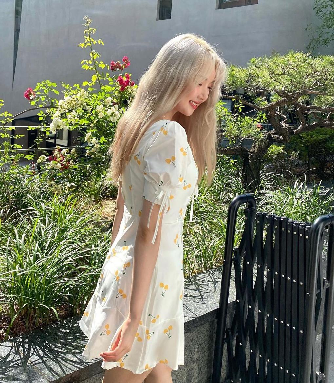 Yerin ưa chuộng váy chữ A đơn giản, dài đến ngang đùi tạo hình ảnh như những cô sinh viên. Họa tiết chấm bi, hoa lá mùa hè rất mát mắt.