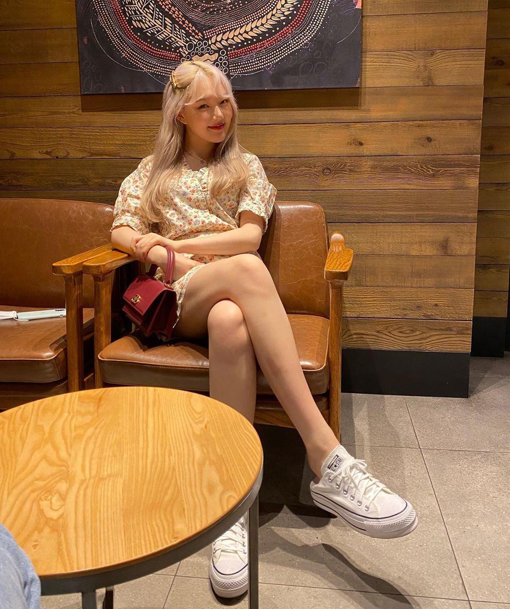 Những bộ đầm hoa được Ye Rin kết hợp cùng giày thể thao năng động.