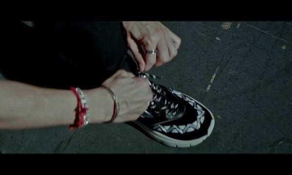 Fan cứng Kpop đoán MV chỉ qua... đôi giày (3) - 1