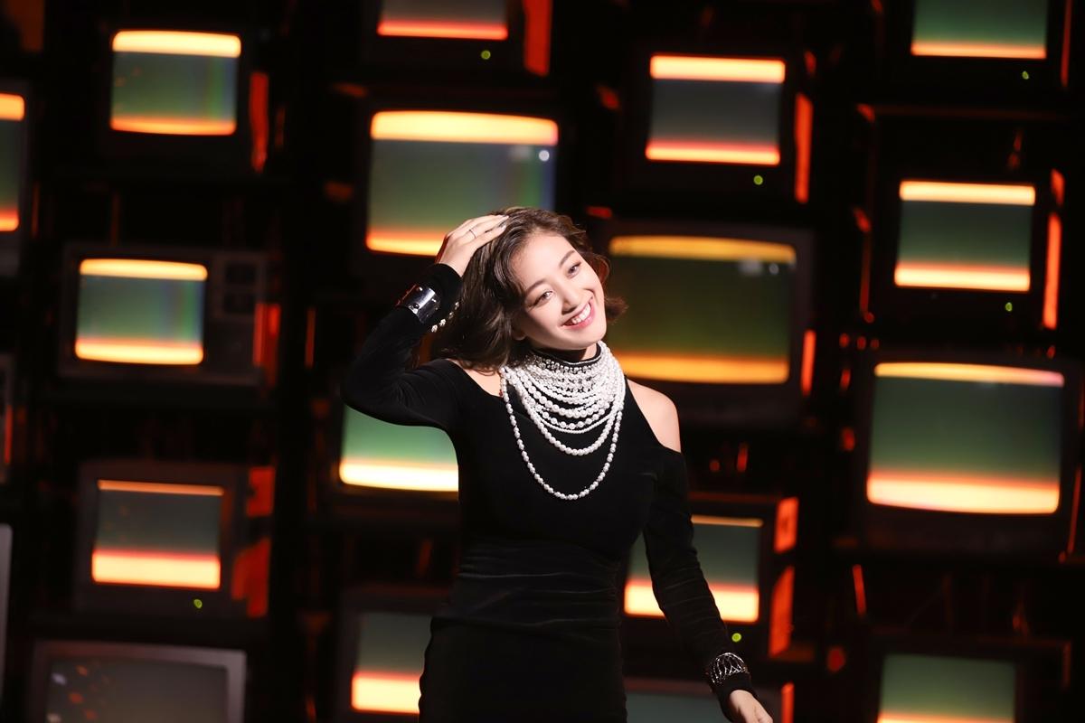 Mẫu váy Ji Hyo diện trong MV Feel Special đến từ thương hiệu Balmain, có giá 2.990 USD