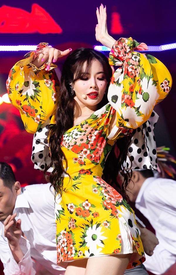 Trong MV và sân khấu Flower Shower, Hyuna khoe vẻ đẹp tràn đầy sức sống khi diện bộ đầm họa tiết hoa củaCarolina Herrera có giá 3.966 USD (khoảng 92 triệu đồng).