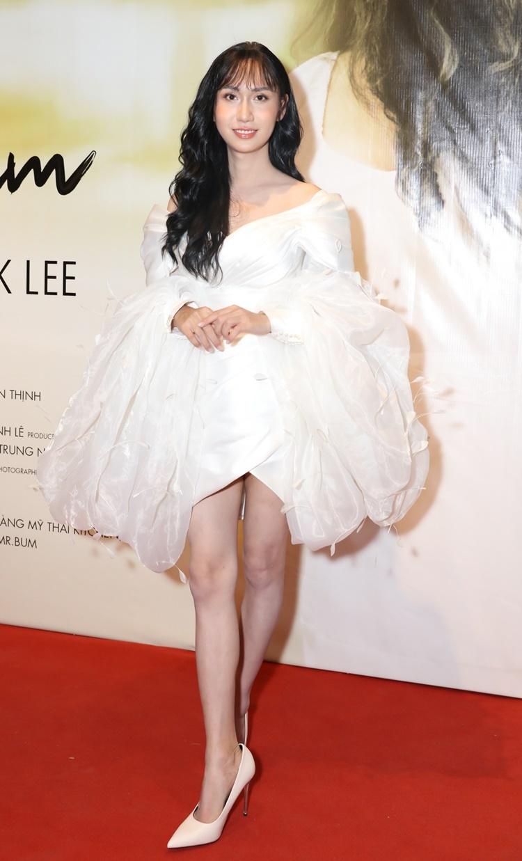 Chiều 24/6, Lynk Lee mặc đầm trắng trễ vai, kiểu dáng tay bồng điệu đà tới dự buổi họp báo MV Không dám tại TP HCM. Không dám là sản phẩm âm nhạc đầu tiên cô ra mắt sau khi phẫu thuật chuyển giới.
