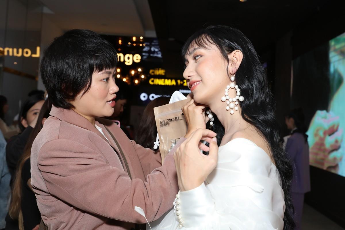 Stylist Pông Chuẩn giúp Lynk Lee làm điệu trước giờ họp báo.