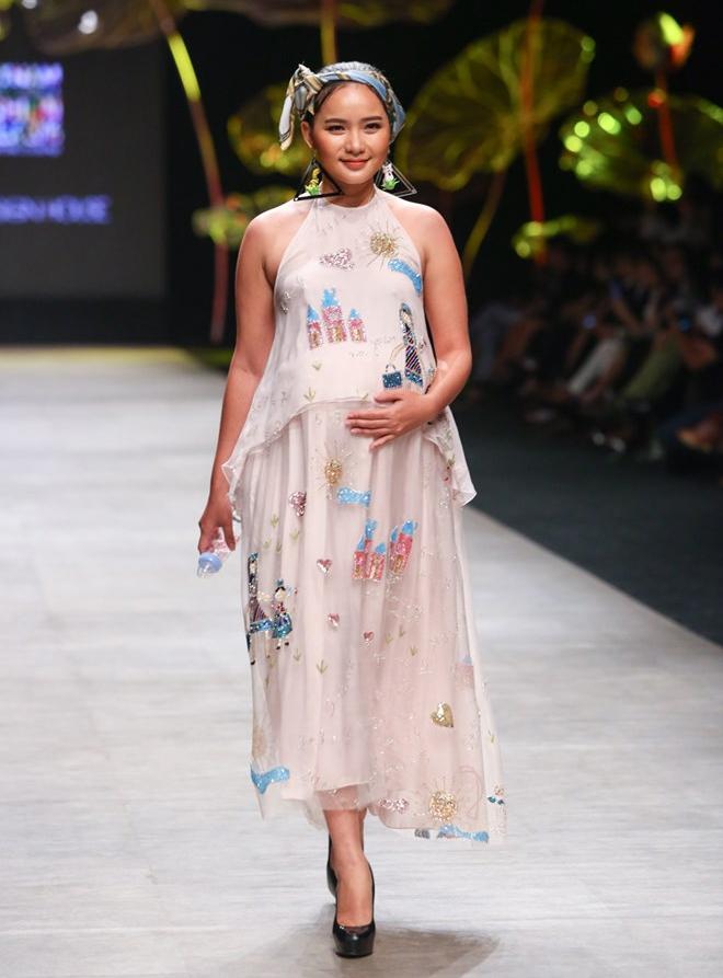 Phan Như Thảo từng bế bụng bầu sắp sinh lên catwalk. Để giữ những bước đi uyển chuyển, cô không thể thiếu đôi giày gót cao.