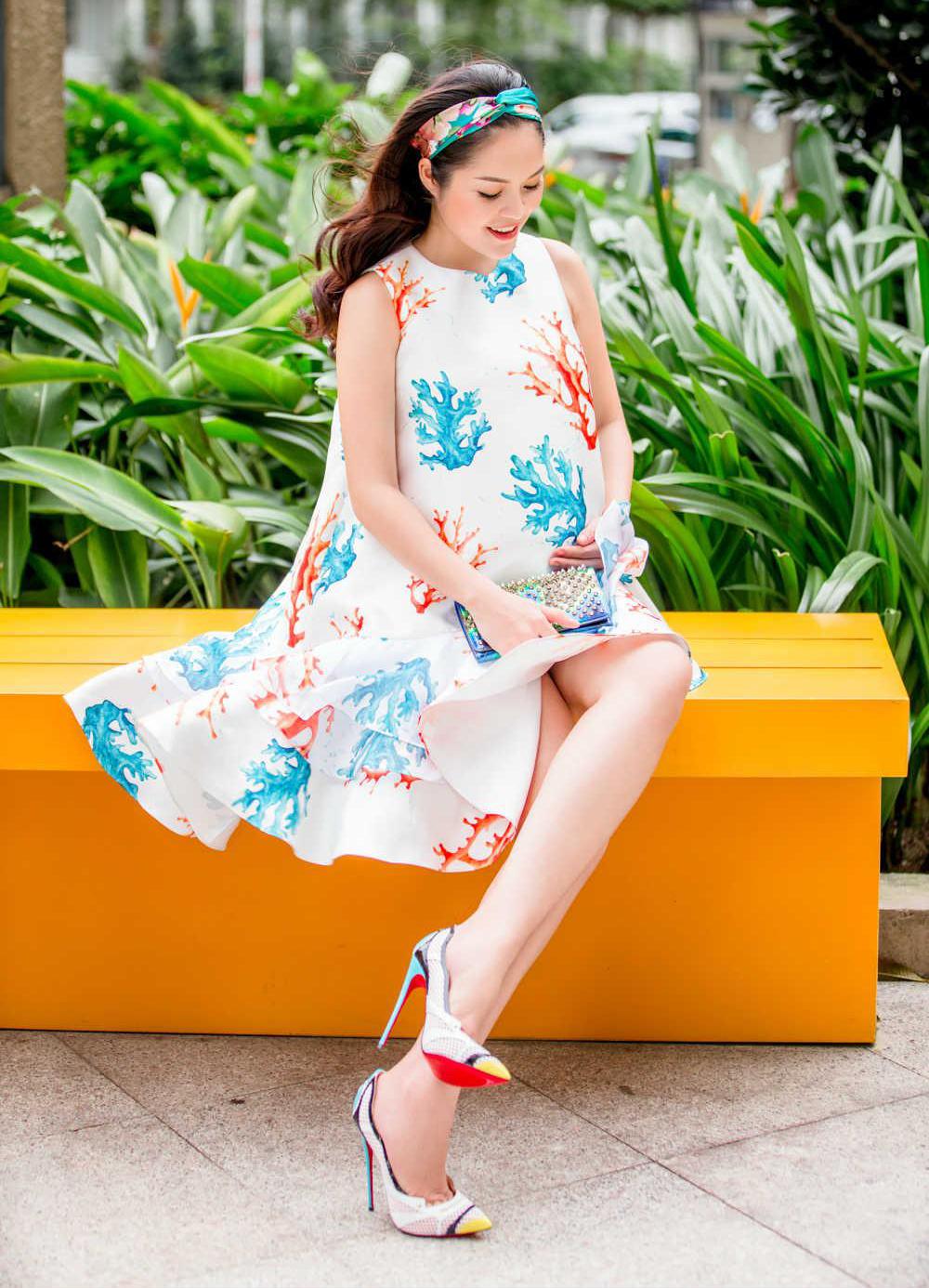 Thai nghén không thể làm Dương Cẩm Lynh bớt đẹp. Cô xúng xính váy áo, đi giày chót vót 15 cm xuống phố.