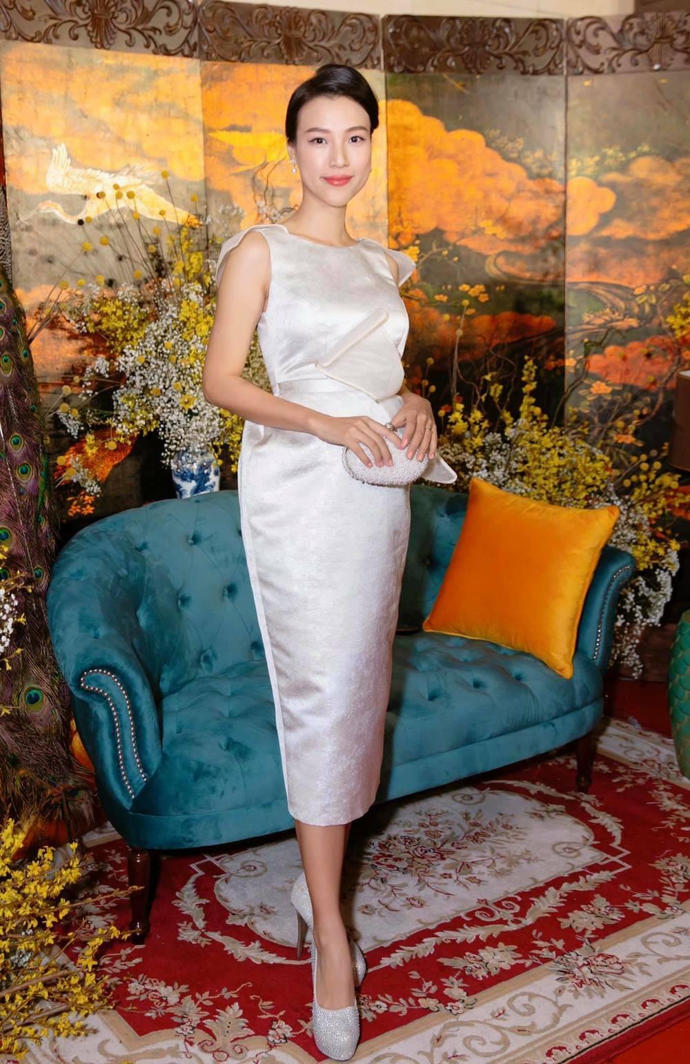 Việc mỹ nhân Việt mang bầu vẫn đi giày cao chót vót không phải là chuyện hiếm. Hoàng Oanh cũng từng gây tranh cãi khi diện cao gót khoảng 15 cm thời gian đầu mới có em bé.