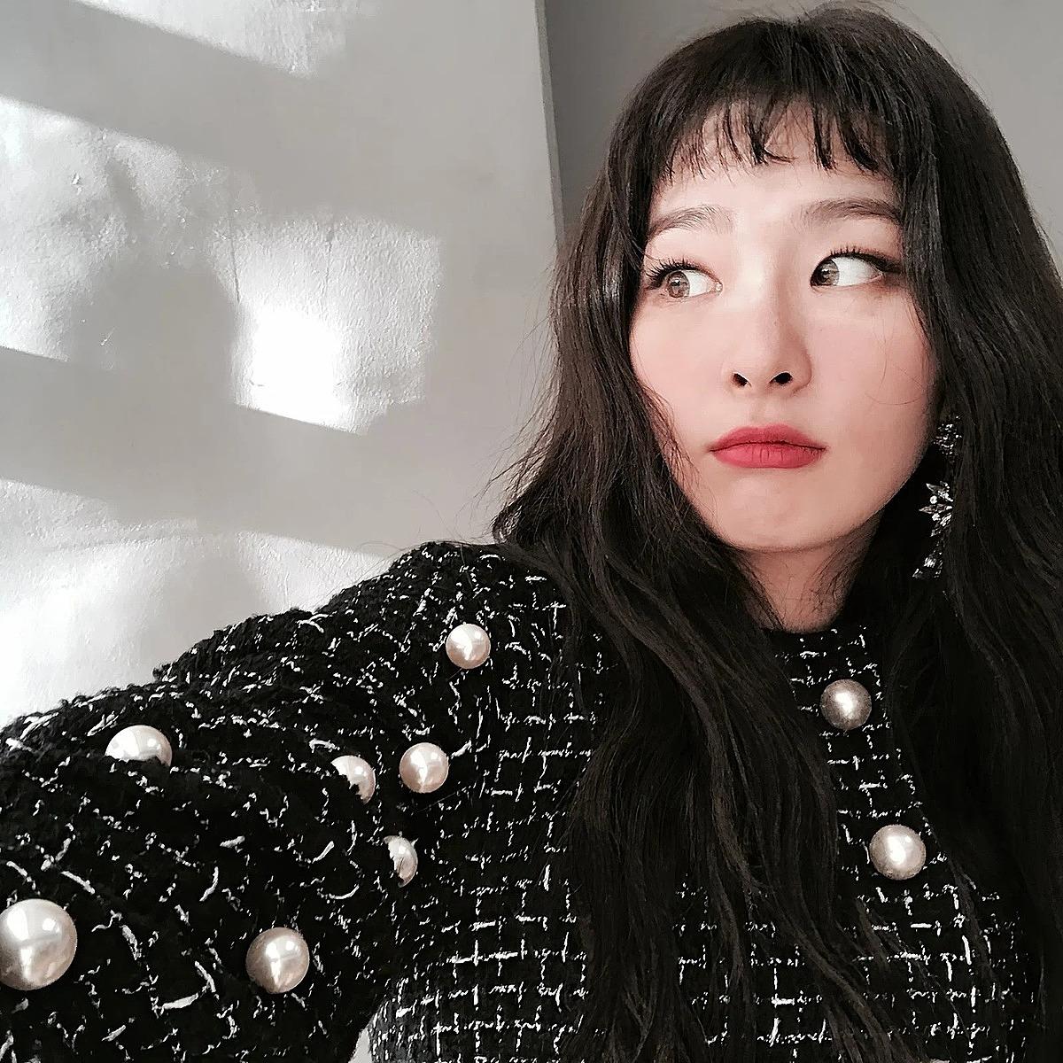 Tóc mái ngắn ngủn ngang trán tuy kén mặt nhưng vẫn được nhiều idol yêu thích vì mang đến vẻ đẹp cá tính khác biệt. Đây là kiểu tóc làm nên thương hiệu cho nhiều ngôi sao như Seul Gi, Tae Yeon...