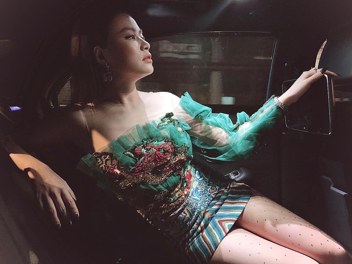 Hoàng Thùy Linh tranh thủ chụp hình lúc chạy show.