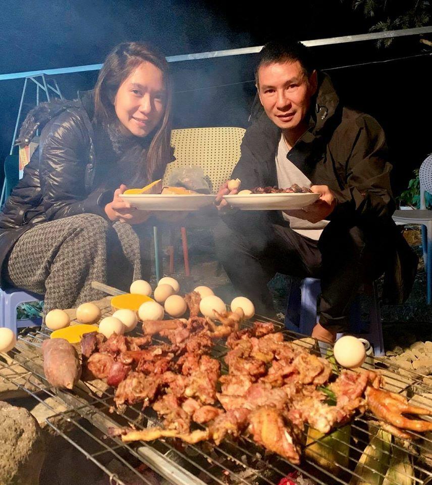 Vợ chồng Minh Hà - Lý Hải mặc đồ ấm áp giữa mùa hè và khoe: Ở một nơi xa, được mặc áo ấm, ăn đồ nướng, nhâm nhi chút