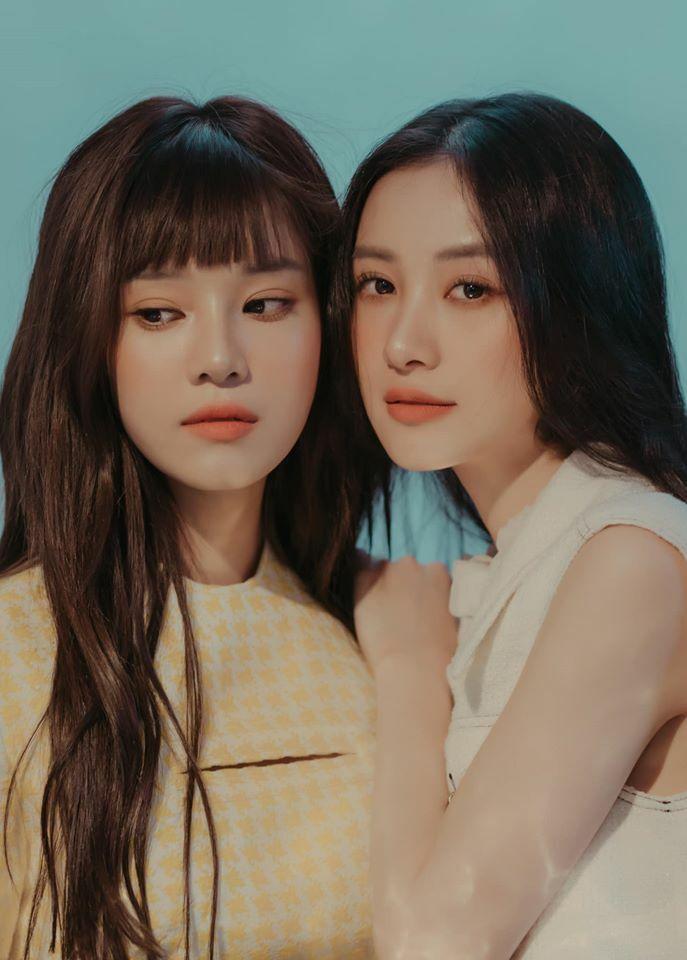 Đôi bạn thân Hoàng Yến Chibi - Jun Vũ chụp ảnh theo style chị chị em em giống nhau như cùng một nhà.